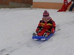 Sněhu si užívaly hlavně děti.