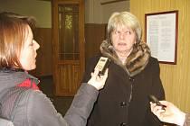 V OBLEŽENÍ novinářů se v budově Okresního soudu v Rakovníku včera ocitla právní zástupkyně Alena Žákovcová zastupující Úřad pro zastupování státu v Praze.