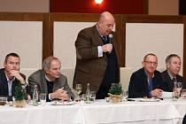 Hovoří předseda AK ČR Miroslav Toman.  Vlevo od něj  tajemník AK ČR Martin Fantyš a Jan Bretšnajdr, ředitel Agro ZZN Rakovník. Napravo vedle předsedy je Jaroslav Mikoláš, předseda OAK Rakovník, a Jindřich Šnejdrle, náměstek ministra zemědělství.