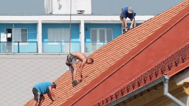 Červnová vedra museli lidé snášet v práci i ve městě