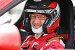 Jaroslav Mikoláš si splnil dětský sen. Zúčastnil se závodů vozů značky Porsche. Oporou mu na cestách byla jeho manželka Irena.
