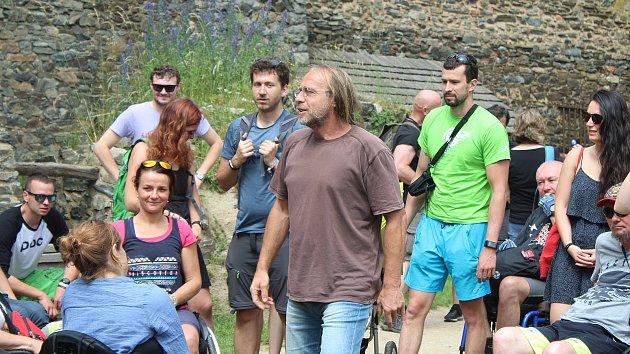 Deset odsouzených z věznice Oráčov pomáhalo handicapovaným lidem při prohlídce zříceniny Krakov