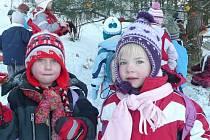 Děti z MŠ Roztoky dovádí na sněhu a krmí lesní zvěř