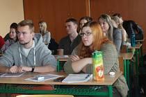Studenti dělají přijímací testy na vysoké školy na zkoušku