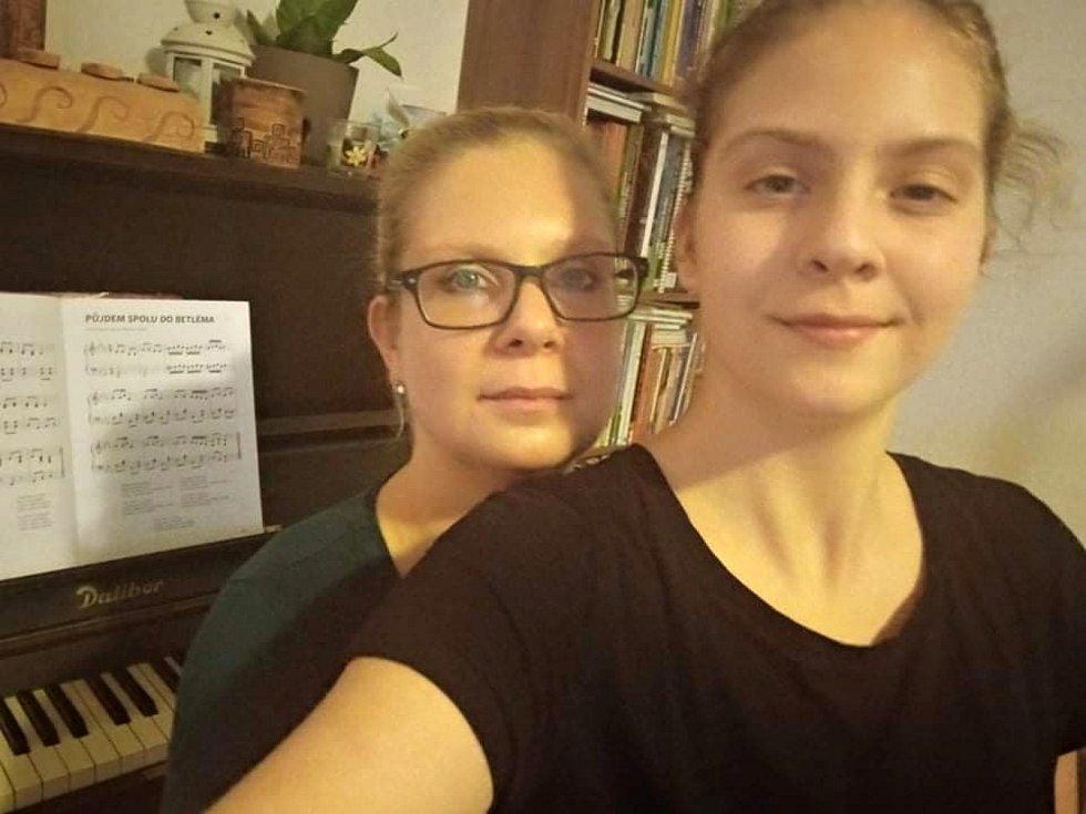 Česko zpívá koledy v Čisté. Lidé si tradici zpívání koled nenechali ujít ani v roce 2020.