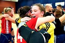 Tereza Kopřivová (ve žlutém) se raduje z titulu juniorských mistryň Evropy