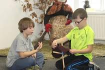 Třeťáci ze ZŠ Lubná si v rakovnickém muzeu vyráběli čarodějnice