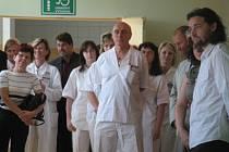 Dlouholetý primář chirurgického oddělení v Rakovníku Jan Silber (uprostřed).