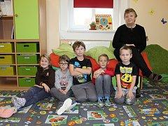 Prvňáčci ze ZŠ a MŠ Chrášťany s třídní učitelkou Hanou Olláryovou.