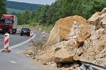 Sesunutý svah u Nového Strašecí na silnici ve směru do obce Ruda