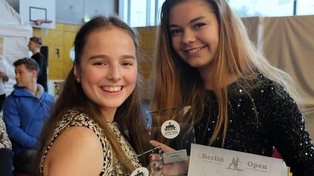 Lentilky si vytancovaly zlato. Vpravo Nikola Šerhantová, vlevo Alžběta Nováková.