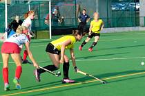 Nejproduktivnější rakovnickou hráčkou semifinálové série byla Barbora Polcarová (vpředu ve žlutém) se třemi góly a proměněným samostatným nájezdem.