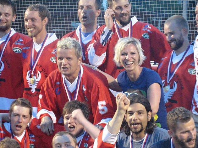 Jana Tlustá často kolem sebe šíří dobrou náladu a fandí rakovnickým hokejbalistům a svému manželovi.