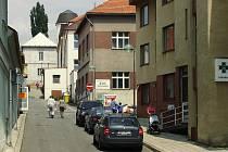 ULICE MASNÁ v Rakovníku je přes den klidná jako ostatní ulice. Ve večerních hodinách je zde ale velmi často narušován veřejný pořádek, to když mladiství posilněni alkoholem tropí neplechu.