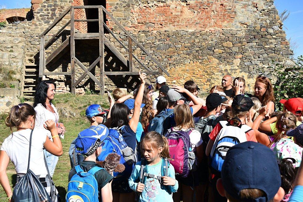 Na hradě Krakovci pomáhají odsouzené z drahonické věznice. Jedna z nich, Eva Pšeničková, dokonce provádí.