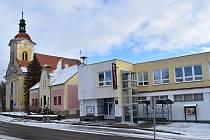 Přízemní dům v centru Pavlíkova nahradila patrová budova úřadu městyse.