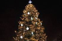 Vánoční strom ve městě Rakovník.