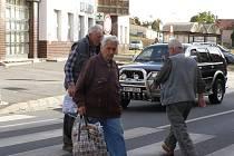 Chodci musejí čekat, až jim auta zastaví.