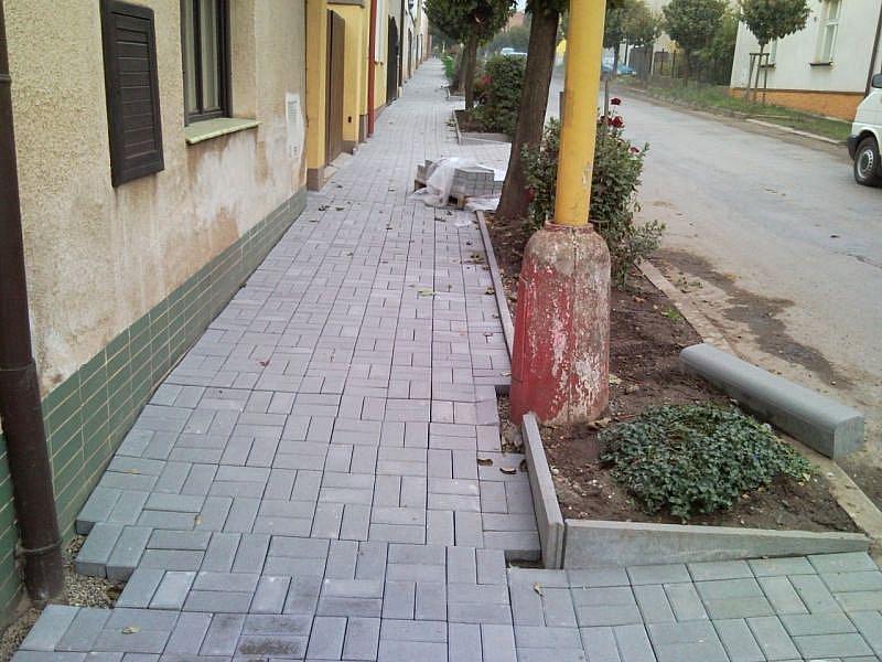 Oprava chodníků.