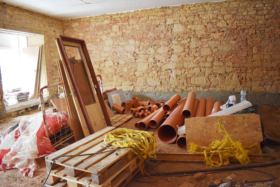 Na výstavbě Víceúčelového studijního a společenského centra v Rakovníku se pracuje již téměř pět měsíců.