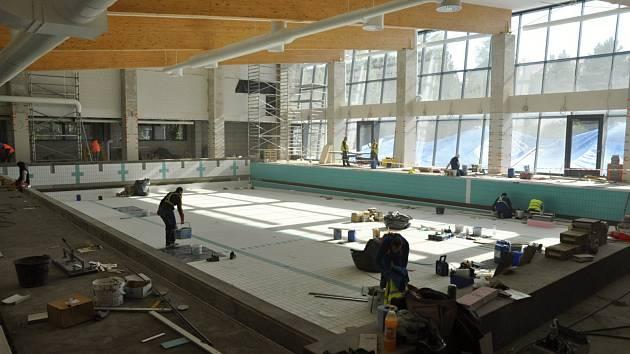Rekonstrukce bazénu pokračuje. Ačkoliv se dílo prodraží o cca 7,2 miliony korun, nadále platí termín dokončení nejpozději do konce listopadu.