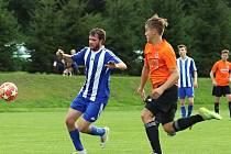 Fotbal, I.B třída, Zavidov (v modrém) nečekaně prohrál doma se Slaným B 3:5.