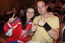 Hokejoví fanouškové v Tylově divadle