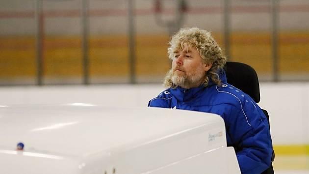 Vedoucí rakovnického zimního stadionu Tomáš Veselý zvládá kromě trénování i práci ledaře, strojníka a údržbáře.