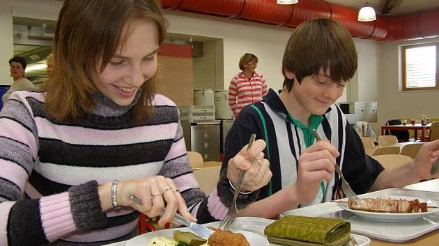 První oběd ve školní jídelně.