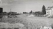 Výstavba silnice ve směru na Pavlíkov. Vpravo jsou obytné domy v ulici Malinovského, Hornické sídliště v té době ještě neexistovalo.