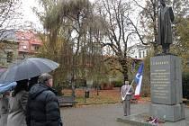 Sokolové položili květiny k soše T. G. Masaryka v parku u kostela sv. Bartoloměje v Rakovníku.
