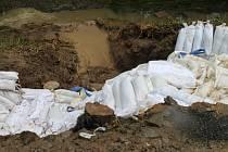 Voda z rybníka Michálek nad vsí přetekla a nahrnula se do vsi