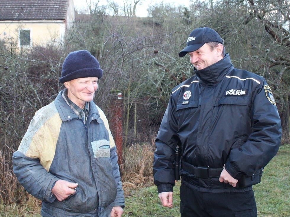 František Šrámek hovoří se strážníky