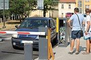 U výjezdových závor při spuštění nového parkovacího systému asistovali pracovníci firmy AS Parking s.r.o, která systém zhotovila.