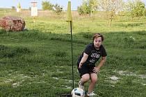Fotbalgoflové hřiště v Pavlíkově si ještě před slavnostním otevřením vyzkoušel syn známého rakovnického fotografa Antonína Vydry.