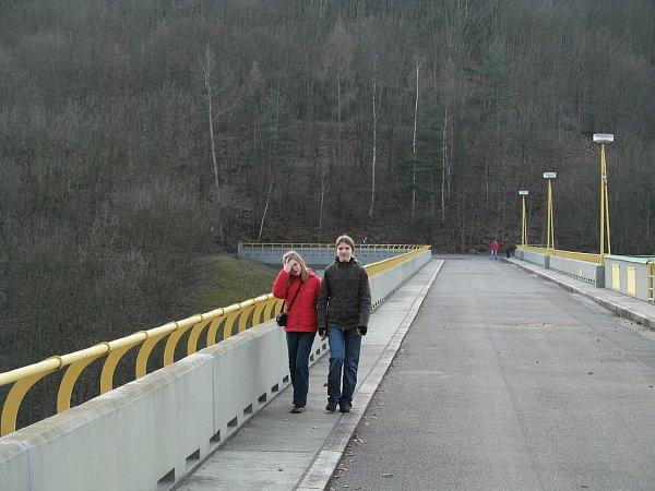 NA KORUNU přehrady už musíte pěšky.
