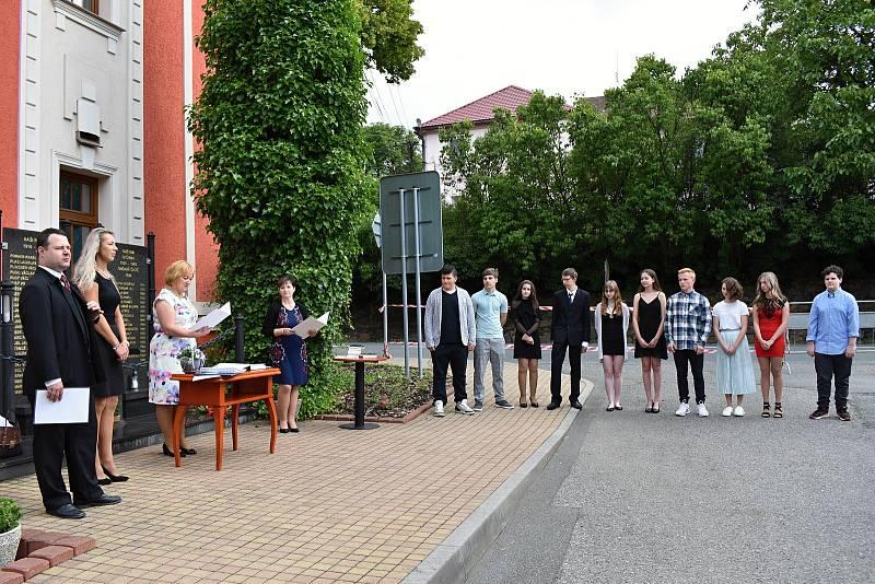 Ze slavnostního předávání vysvědčení před Pomníkem padlých v Čisté.
