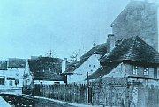 Roh Nádražní ulice a Husova náměstí. Domek přezdívaný jako Fialovna a sousední dům čp. 5 nahradila dvoupatrová budova od architekta Bohumila Hypšmana.