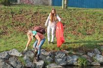 Studenti Střední zemědělské školy v Rakovníku uklízeli část Rakovnického potoka a Černý potok