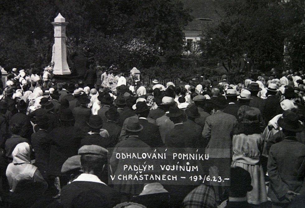 Odhalení pomníku padlých v roce 1923.
