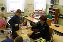 Policistka Alena Žichovská mezi dětmi