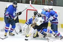 Bojem o každý centimetr ledu byl o uplynulém víkendu k vidění nejen v utkání Rakovníka (ve světlém) s Vlašimí, ale také na dalších stadionech.