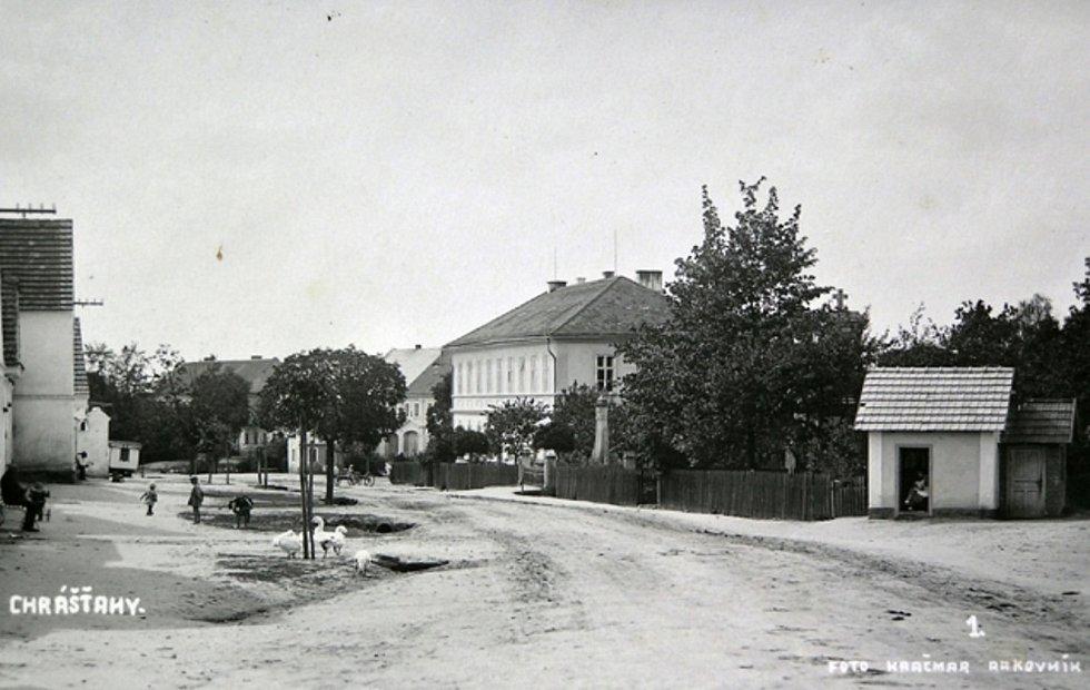 Škola, pomník padlých, trafika po roce 1923.