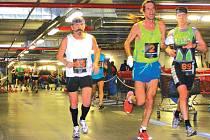 Typický záběr ze závodu. Vytáhlý Daniel Orálek (č.2) předbíhá všechny na trati, v tuto chvíli i rakovnického Pilíka (č.63), druhého v kategorii od 60 let. S č. 89 českobudějovický Koranda (14. místo).