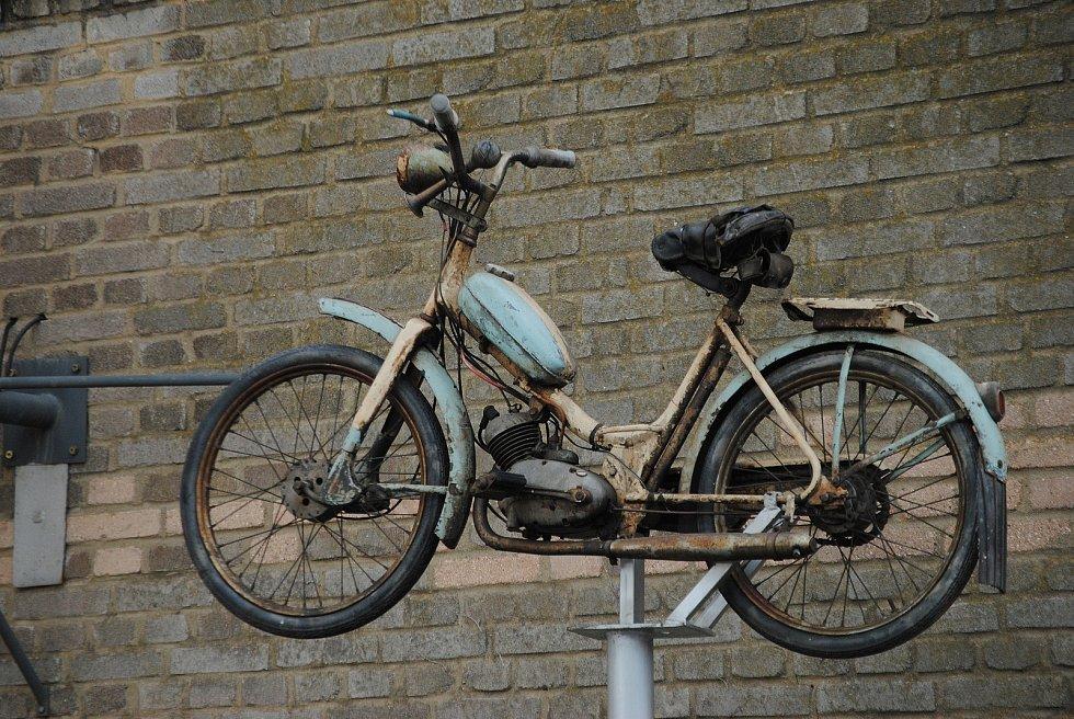 Socha svatého Kryštofa v pavlíkovském muzeu historických motocyklů.