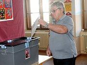 Do volební místnosti v 2. základní škole v Rakovníku přišli první voliči.