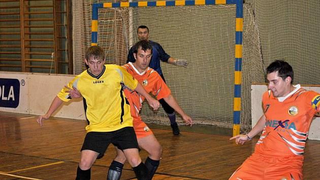 Futsalová soutěž na Rakovnicku. Oranžoví (Kings), žlutí (Třtice), modří (Slabce), červení (Branov).