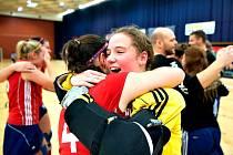 Rakovnická brankářka Tereza Kopřivová (ve žlutém) výraznou měrou přispěla na evropském šampionátu ve Vídni českému týmu ke zlatu a radost  z něj měla ohromnou.