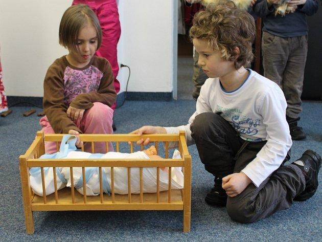 Slabozraké potěšily děti z Mateřské školy Průběžná vánoční besídkou a dárky