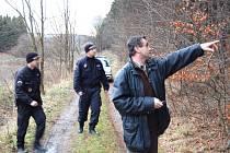 Řevničovský starosta Jiří Petráček ukazuje policistům, kde ke krádeži došlo.